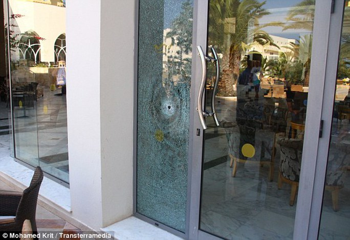 Kính khách sạn thủng lỗ do đạn bắn.