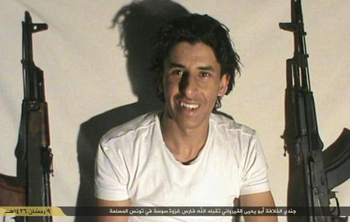 Tay súng Seifeddine Rezgui trong một đoạn video. Ảnh:Daily Mail