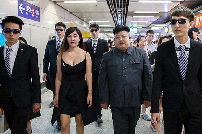 Cả hai đi cùng nhiều vệ sĩ. Ảnh: Daily Mail