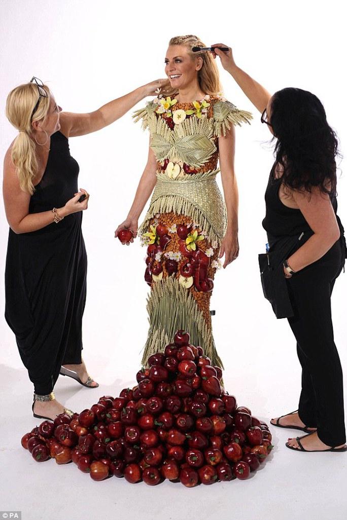 Người mẫu Anh diện đầm đính 450 quả táo