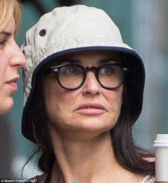 Demi Moore trông già nua so với tuổi 52