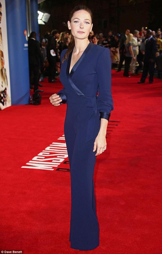 Rebecca Ferguson duyên dáng với trang phục xanh