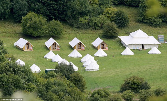 Lều được dựng lên để khách mời nghỉ ngơi
