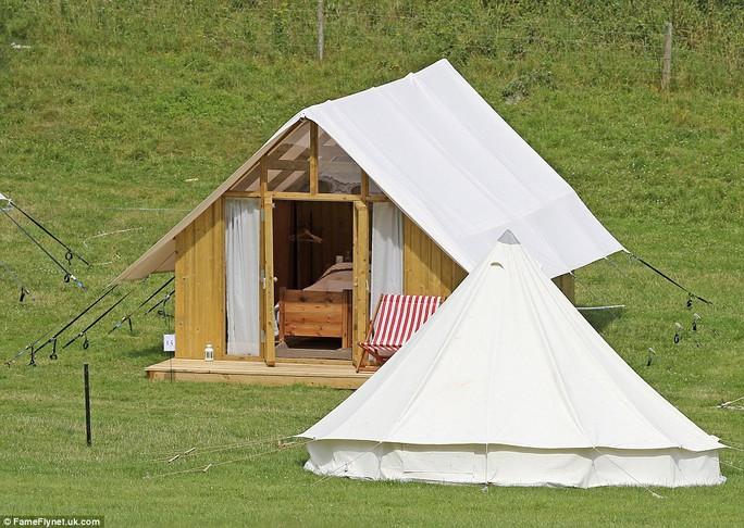 Trong lều có giường nằm nghỉ