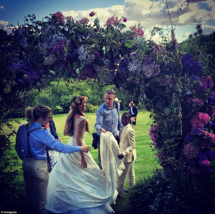 Cô dâu được chỉnh sửa đầm cưới