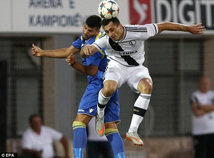 Một pha tranh bóng quyết liệt trong trận Legia Warsaw(áo trắng) - Kukesi