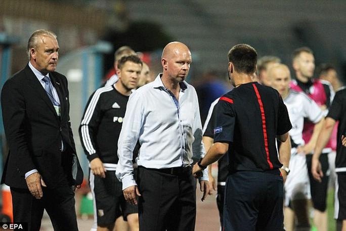HLV của Legia khiếu nại với BTC sân