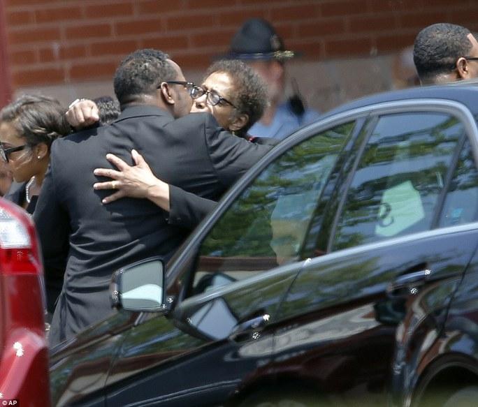 Lễ tang con gái Whitney Houston không bình yên