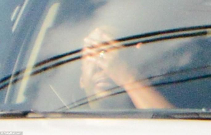 Cha Bobbi khóc trong xe