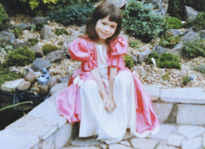 Joe Holliday là bé gái trong những năm thơ ấu