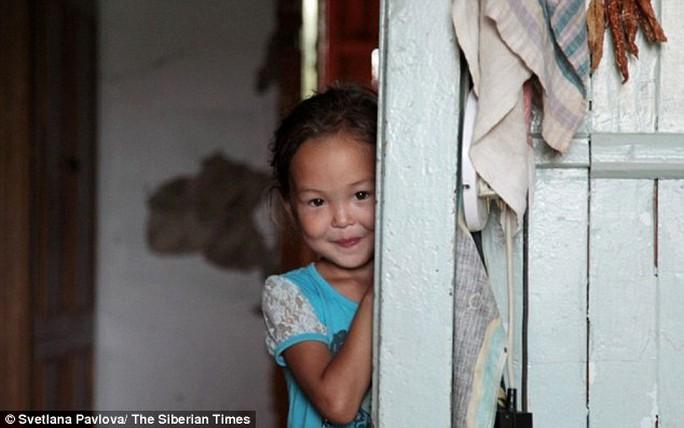 Cô bé Karina đã hòa nhập với cuộc sống bình thường như trước. Ảnh: Siberian Times