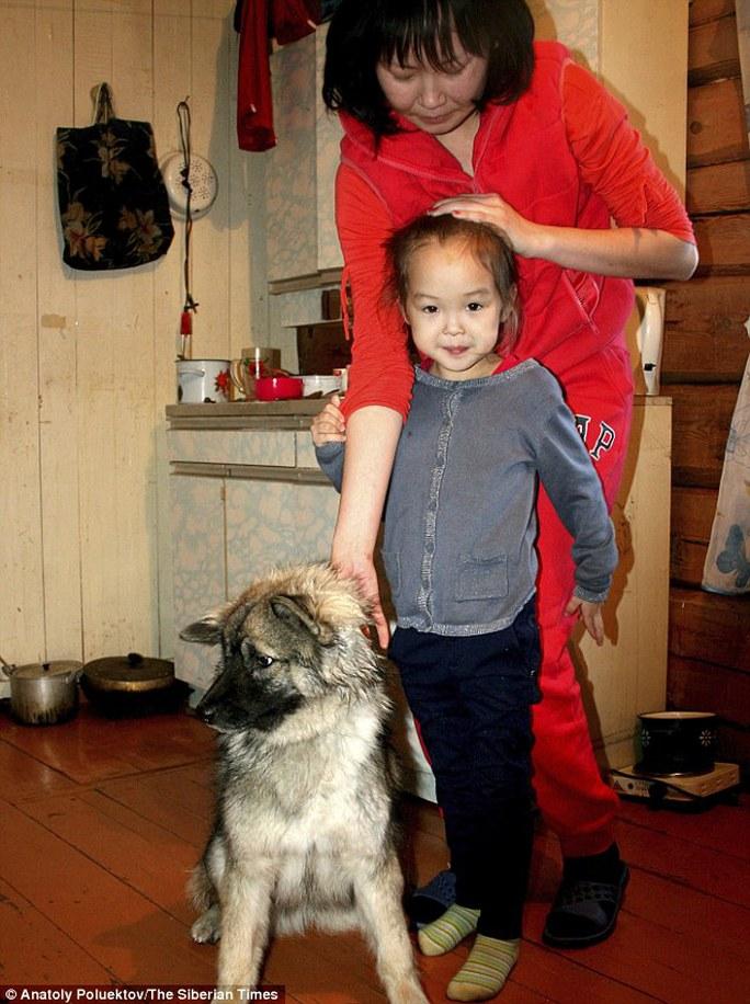 Mẹ Talina và con gái Karina cùng chú chó Naida. Ảnh: Siberian Times