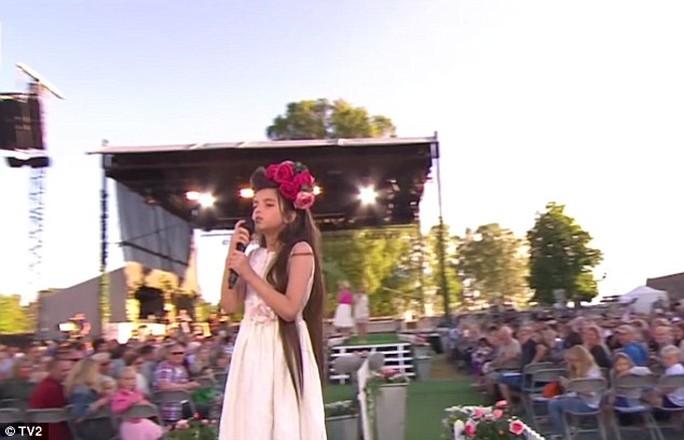 Angelina Jordan, 8 tuổi, trình diễn trước hàng ngàn khán giả