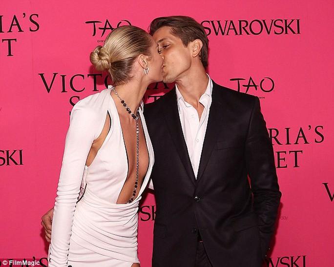 """""""Thiên thần"""" nội y Candice Swanepoel đính hôn người tình 10 năm"""
