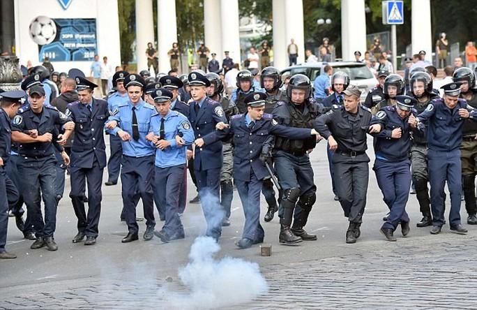 Cảnh sát đáp trả bằng bom cay