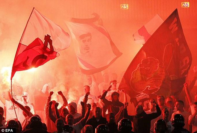 CĐV đội khách đốt pháp sáng sau khi Legia có bàn thắng
