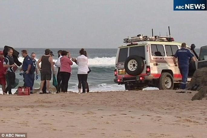 Người đàn ông được sơ cứu trên bãi biển trước khi đưa đi bệnh viện cấp cứu