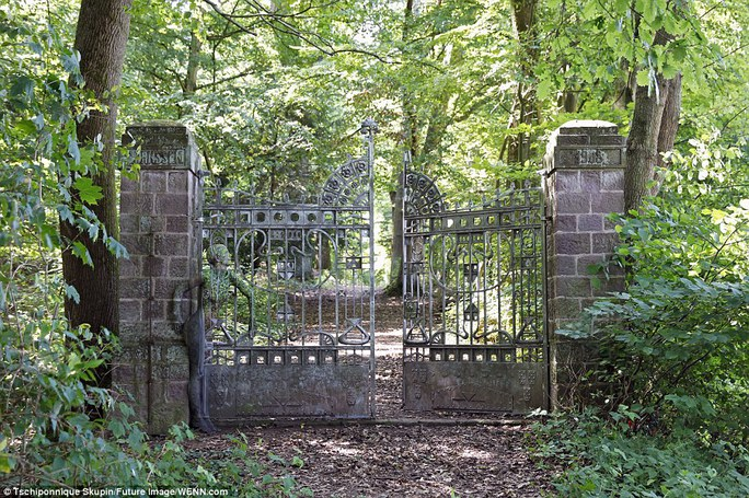 Người mẫu ẩn vào cánh cổng