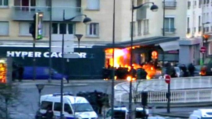 Cháy nổ ở tiệm tạp hóa tại Paris, nơi xảy ra vụ bắt con tin, hôm 9-1. Ảnh: Daily Mail