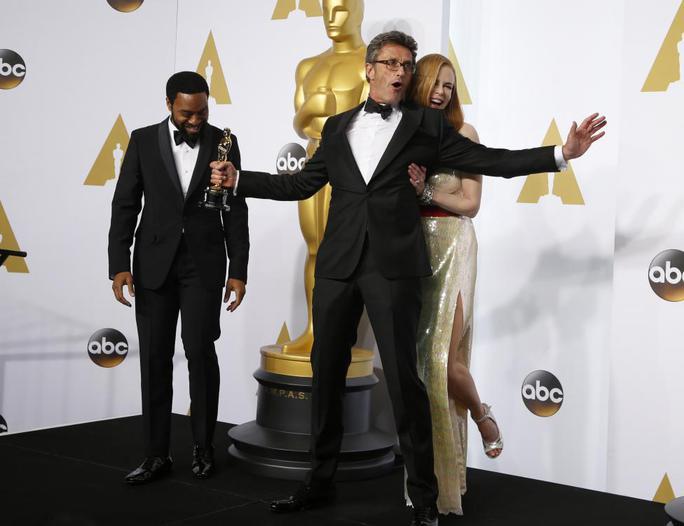 Đạo diễn Pawel Pawlikowski giữ trong tay tượng vàng Oscar hạng mục Phim nước ngoài xuất sắc nhất Ida tạo dáng chụp ảnh cùng Chiwetel Ejiofor và Nicole Kidman