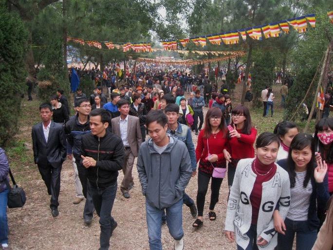 Các con đường lên núi Hồng Vân (núi Lim), trung tâm lễ hội, chật kín người