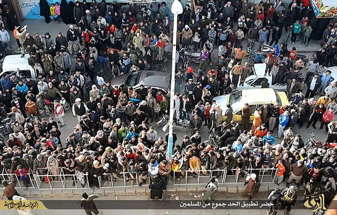 Đám đông tụ tập bên dưới để xem vụ hành quyết. Ảnh: Daily Mail