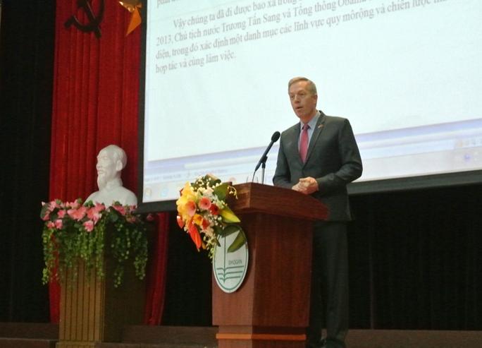 Đại sứ Mỹ nói chuyện với sinh viên