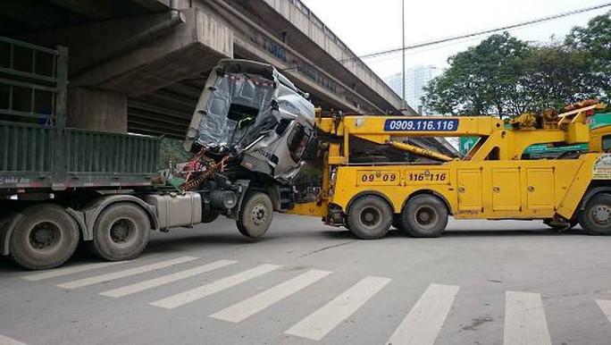 Chiếc xe sơmi rơmoóc  đang được xe cứu hộ kéo đi