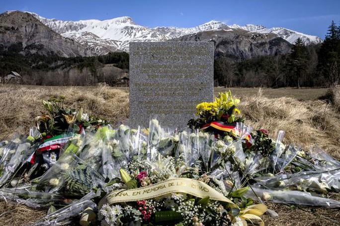 Tưởng niệm các nạn nhân xấu số trên chuyến bay Germanwings 4U9525. Ảnh: Mirror