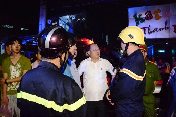 Ông Tất Thành Cang, Phó Chủ tịch UBND TP HCM đang chỉ đạo dập tắt đám cháy.