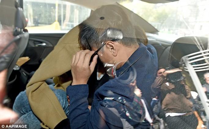 Cha mẹ cậu bé Alistair Mach không giấu được vẻ đau khổ sau khi rời tòa án. Ảnh: AAP