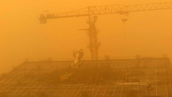 Công nhân vẫn làm việc trên nóc một tòa nhà ở Dubai. Ảnh: EPA