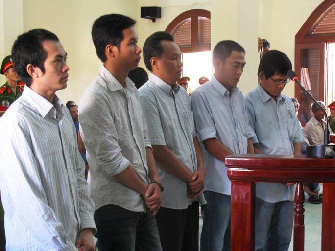 5 bị cáo Thành, Huy, Quyền, Mẫn, Quang (từ trái sang) tại phiên tòa phúc thẩm 9-7-2014
