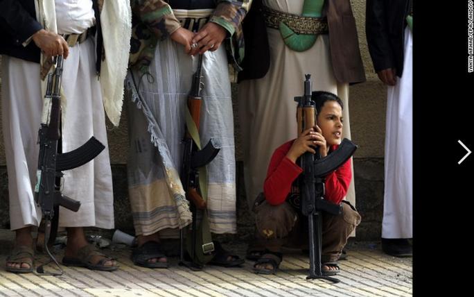 Trẻ em cũng phải cầm súng ở thủ đô Sanaa - Yemen để chống lại phiến quân Houthi. Ảnh: EPA