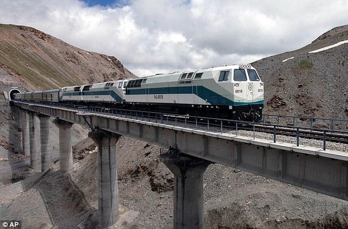 Một đoàn tàu chạy dọc theo tuyến đường sắt Thanh Hải - Tây Tạng hướng Lhasa - thủ phủ của khu tự trị Tây Tạng. Ảnh: AP