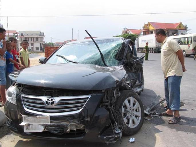 Chiếc xe ô tô con biến dạng sau cú tông mạnh