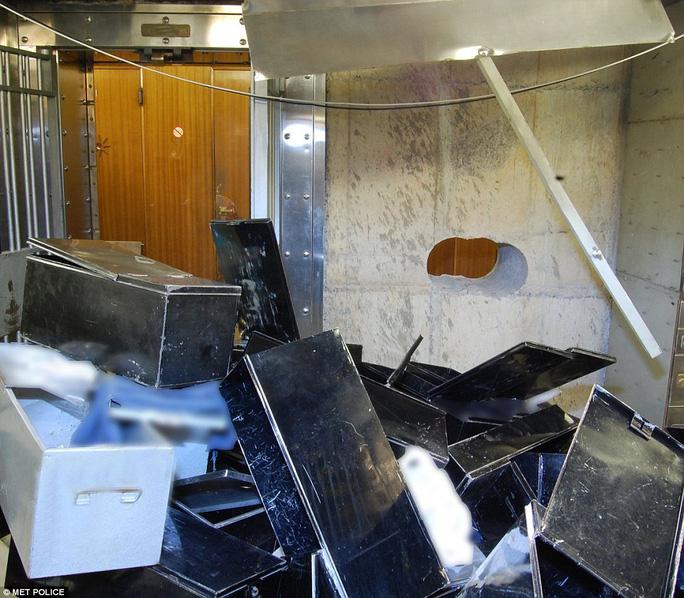 Các két sắt bị mở tung nằm ngổn ngang trong căn hầm. Ảnh: MET POLICE