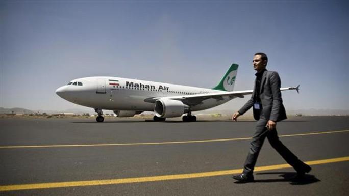 Một chiếc máy bay Iran chở hàng cứu trợ y tế đậu ở sân bay quốc tế Sanaa - Yemen ngày 1-3. Ảnh: AP