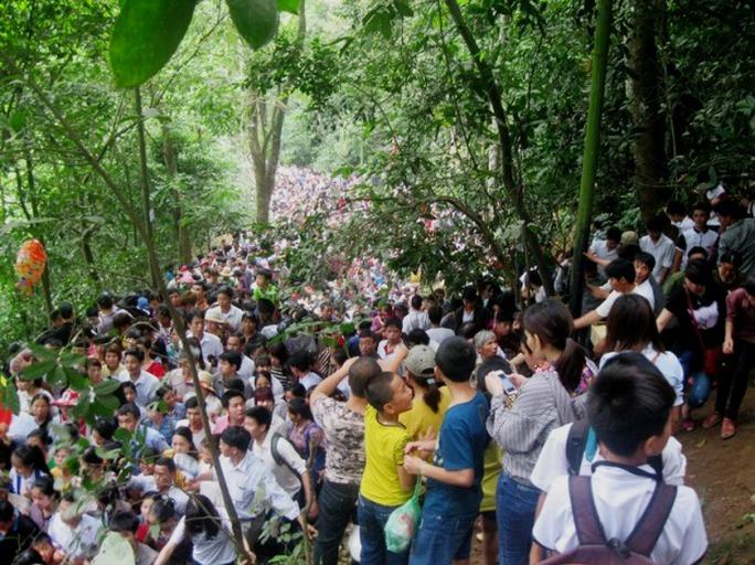 Người dân đổ lên đường dẫn tới các đền trên núi Nghĩa Lĩnh