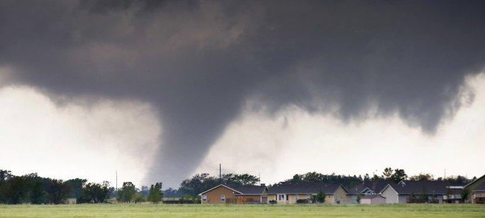 Một cơn lốc xoáy gần bang Kansas. Ảnh: AP