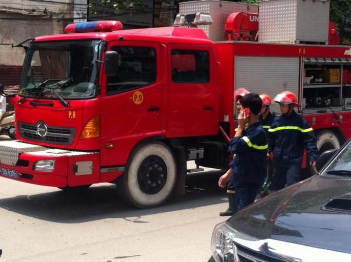 Lực lượng phòng cháy chữa cháy có mặt tại hiện trường xử lý vụ việc - ảnh: otofun