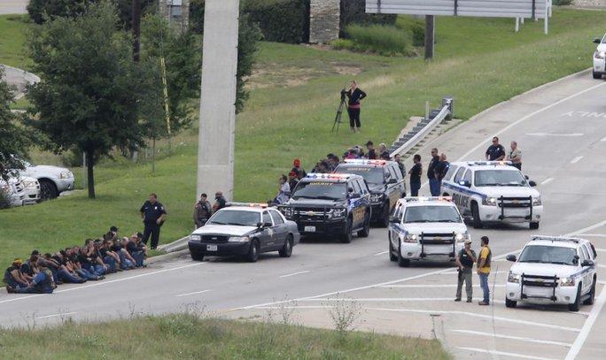 Cảnh sát phong tỏa con đường dẫn vào trung tâm thương mại. Ảnh: AP