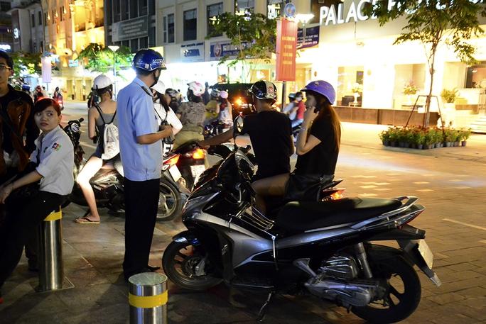 Lực lượng quản lý trật tự đô thị liên tục nhắc nhở các trường hợp vi phạm. - Ảnh: Thăng Bình