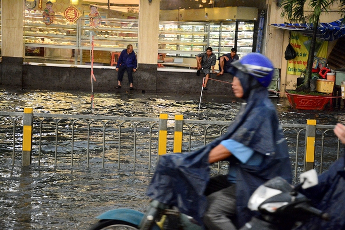 """Nước ngập sâu, khiến cả tuyến đường như biến thành """"sông"""""""