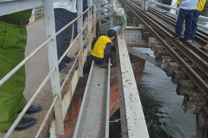 Vất vả giải cứu sà lan đội gầm cầu Bình Lợi gần 3 giờ