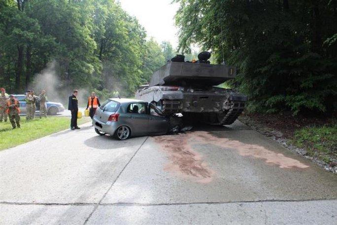 Xe tăng cán bẹp đầu xe hơi, nữ tài xế thoát chết