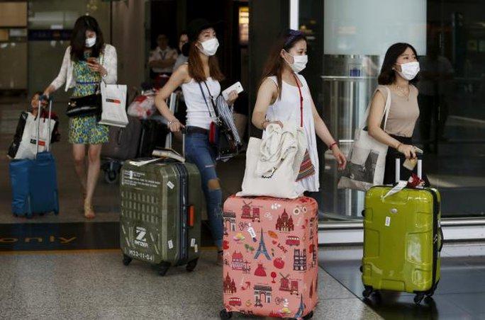 Ngày càng nhiều người dân Hàn Quốc ra đường phải mang khẩu trang. Ảnh: Reuters
