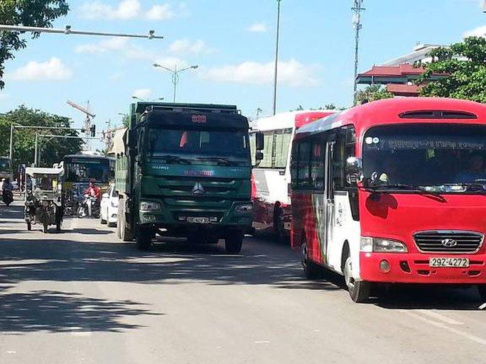 Vụ tai nạn khiến làn đường hướng từ cầu Thăng Long về trung tâm TP Hà Nội bị ùn tắc cục bộ
