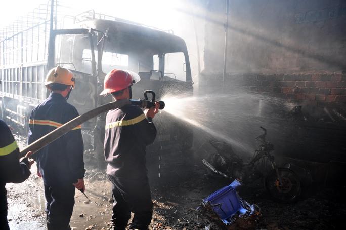 Vụ cháy xảy ra khoảng 6 giờ sáng 11-7 khiến 2 xưởng gần kề nhau bị thiêu rụi. Ảnh: Tử Trực