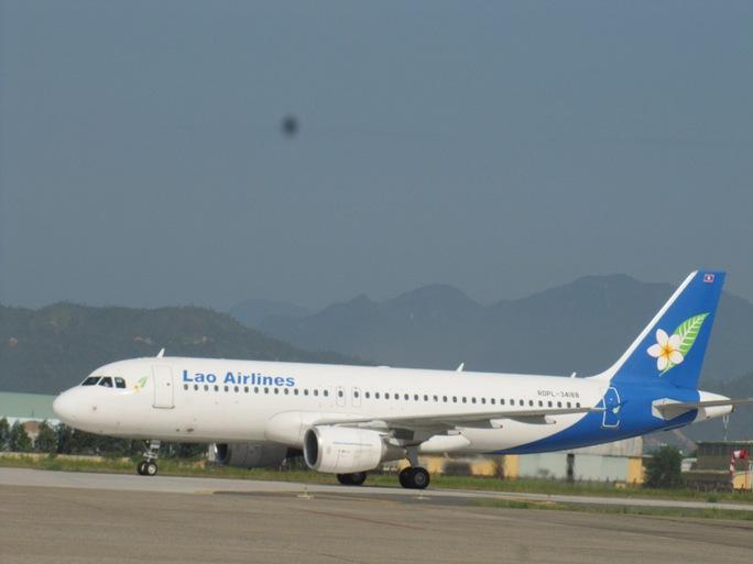 Chuyên cơ chở Thủ tướng nước CHDCND Lào Thoong-xinh-Thăm-ma-Vông, cùng đoàn cán bộ cấp cao của Lào đáp xuống sân bay quốc tế Đà Nẵng